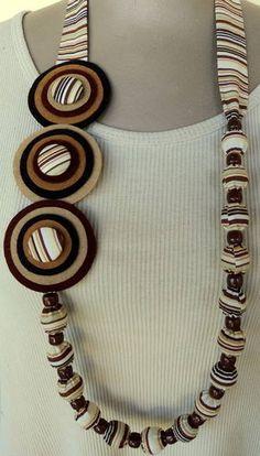 PREÇO ESPECIAL PARA ATACADO. R$ 25,00 Paper Jewelry, Bead Jewellery, Fabric Jewelry, Jewelry Crafts, Jewelry Necklaces, Button Necklace, Fabric Necklace, Handmade Necklaces, Handmade Jewelry