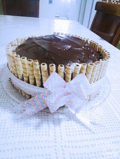 Bolo de chocolate, recheado com mousse de chocolate e beijinho e coberto com ganache de chocolate.