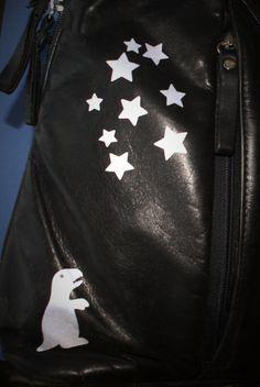 Mielas dinozauras žiūri į žvaigždes: odinė kuprinė su atšvaitais - lipdukais Leather Backpack, Safety, Arms, Just For You, Backpacks, Cool Stuff, Stylish, Cute, How To Make