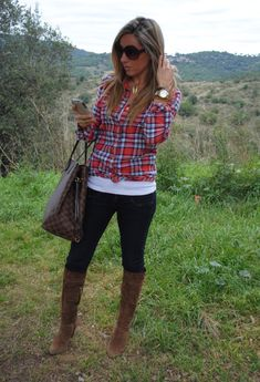 Plaid shirt, long white tank, skinny jeans, and heeled boots. Don't forget a chic tote and bracelets/watches to offset the casual tone of the plaid . Sport Outfit, Boating Outfit, Look Fashion, Fashion Outfits, Womens Fashion, Fall Fashion, Fashion Clothes, Fashion Models, T-shirt Und Jeans