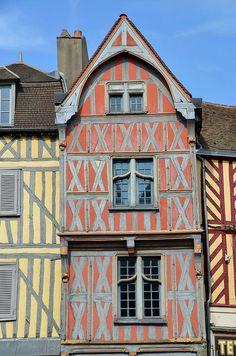Auxerre - Vieilles maisons (Place Charles Surugue)