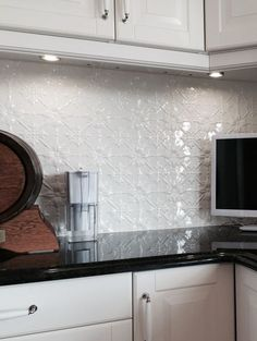 This pressed metal splashback emphasises the simplistic elegance of the design, creating a textured and dynamic layout. Kitchen Splashback Tiles, Splashback Ideas, Backsplash Ideas, Tin Tile Backsplash, Tile Ideas, Hamptons Kitchen, Urban Kitchen, Kitchen Black, Chula