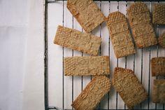 Die weiche Butter mit dem Zucker und den Gewürzen cremig rühren. ... Macarons, Butter, Desserts, Advent, Trends, Cooking, Cling Film Wrap, Homemade, Bakken
