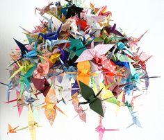 J'adore la délicatesse de l' origami (art du pliage, traditionnellement réalisé à partir d'une feuille carrée) et en particulier les grues...