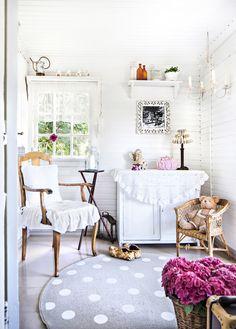 1800-luvulla rakennetun pihatalon ihana eteinen. Sweet hallway of an old cottage. | Unelmien Talo&Koti Kuva: Hanne Manelius Toimittaja: Ilona Pietilä
