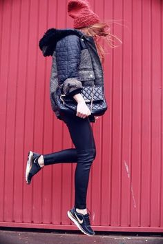 put together a sporty chic outfit with nikes and classy bag Estilo  Femenino e40aa35cefc