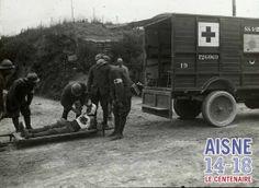 Transport d'un blessé par des brancardiers de la Croix Rouge sur le Chemin des Dames.