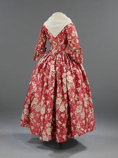 Gown | V&A Search the Collections Due to the great expense of silk, it was very common practice in the 18th century for women to remake and update their gowns. Gros de tours silks were luxury fabrics in the 1740s, costing between 6 shillings and twelve shillings per yard; a sack-back gown required some fifteen yards of silk.
