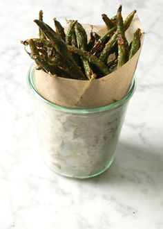 """Cheesy oven-baked green bean """"fries"""" - a healthy snack! Crispy Green Beans, Baked Green Beans, Roasted Green Beans, Green Bean Recipes, Vegetable Recipes, Beans Recipes, Vegetable Snacks, Pepper Recipes, Gastronomia"""
