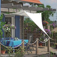 Die Veranda mit Sonnensegel bietet an heißen Sommertagen eine gemütliche grüne Sitzecke, in der man gut vor der Sonne geschützt ist. Inmitten des …