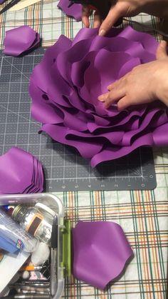 Big Paper Flowers, Paper Flower Art, How To Make Paper Flowers, Paper Flower Tutorial, Diy Flowers, Paper Flower Patterns, Flower Making, Paper Crafts, Cricut
