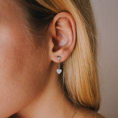 Filigrane Ohrringe in Kombination mit lieblichen Herzen in Sterling Silber, die zu begeistern wissen. Als Trendteil in jedem Schmuckkästchen zu finden, beeindrucken diese Accessoires besonders durch die 32 handdrapierten Zirkonia in silberner Farbe, die für ein zusätzliches Highlight sorgen und somit auch zu eleganten Outfits kombiniert werden können. Outfits Kombinieren, Elegantes Outfit, Piercings, Drop Earrings, Feelings, Jewelry, Fashion, Filigree Earrings, Gemstone Earrings