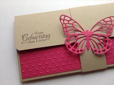 Geschenkverpackung für eine Konzertkarte mit Banderole.  Die Umschlagkarte besteht aus hochwertigem Papier, ist von Hand ausgeschnitten und vielen Schmetterlingen versehen sowie einem filigranen...