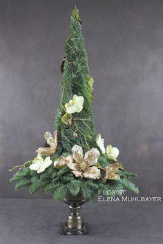 Елка из веток пихты,украшенная искусственными цветами