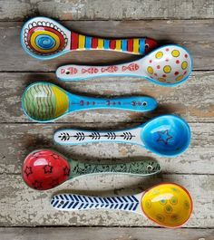 Painted Spoons, Hand Painted, Painted Wood, Wooden Spoon Crafts, Spoon Art, Wood Spoon, Pottery Lessons, Pottery Painting Designs, Ceramic Spoons