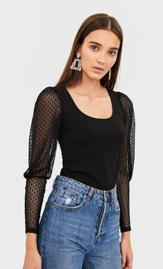 Plumetis shirt with puff sleeves in Stradivarius for only HRK available for a limited time. T-shirts for women always on trend, come in and find out now! Coachella, Outfits Otoño, Manga, Long Sleeve Tops, T Shirts For Women, Collection, My Style, Shopping, Clothes