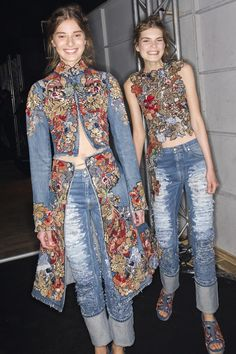 A little goes a long way.Alexander McQueen Spring 2016 Ready-to-Wear Fashion Show Beauty Couture Mode, Style Couture, Couture Fashion, Fashion Details, Love Fashion, Fashion Show, Womens Fashion, Fashion Design, Fashion Week Paris