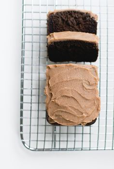 icing = dates + coconut milk.Chocolate Carob Bread with Date Caramel Spread {paleo} *uses cassava flour, also link to recommended sunfood carob powder Paleo Dessert, Healthy Sweets, Delicous Desserts, Healthy Breads, Vegan Desserts, Healthy Snacks, Naan, Carob Recipes, Paleo Recipes