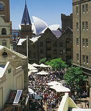 Dit is de oudste wijk van Sydney, aan de voet van de Sydney Harbour Bridge, en een van de leukste buurten van de stad. Hier kwamen de eerste kolonisten aan land. Je kunt nog veel koloniale gebouwen bewonderen in de buurt. Vrijdags en zaterdags wordt er markt gehouden in de straten van The Rocks, het is dan heerlijk om te genieten van een hapje en drankje terwijl je door de buurt wandelt.