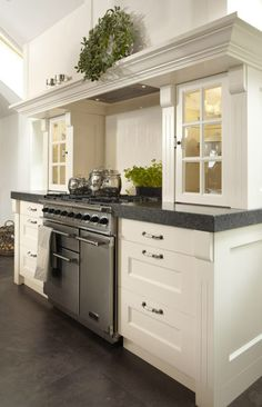 White kitchen cabinets with contrasting dark top. Kitchen Interior, Kitchen Inspirations, Kitchen Cabinetry, Kitchen Room, Kitchen Remodel, New Kitchen, Kitchen Dining Room, Home Kitchens, Kitchen Layout