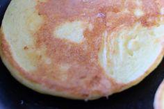Pandekager med hytteost - Willowlounge.dk  Jeg giver dig i dag en nem og lækker opskrift på pandekager med hytteost, og de kan spises som de er – eller serveres med lidt tilbehør. Jeg spiste dem, som de var, men jeg er overbevist om, at de smager fantastisk med fx røget laks og masser af grønt ved siden af