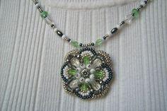 Zöld, ezüst, és fehér gyöngy-hímzett medálos nyaklánc. Ára: 1700.-Ft.