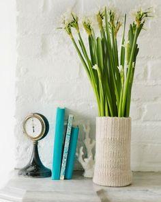 Idea sencilla y decorativa: Cambia el estilo de un florero usando las mangas de un sweater... #manualidades