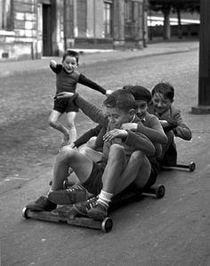Sabine Weiss - Pushchairs, Carts And Casters. Children In Menilmontant, Paris, France ca. Sabine Weiss, Robert Doisneau, Old Pictures, Old Photos, Menilmontant Paris, Mythos Academy, Photo Vintage, Photocollage, Vintage Photographs