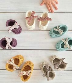 my_little_mini - instagram Crochet Baby Booties, Crochet Slippers, Crochet Yarn, Crochet Bookmark Pattern, Crochet Bookmarks, Baby Knitting Patterns, Diy 2018, Crochet Doll Tutorial, Knitted Booties