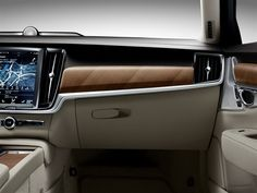 Interior IP Glove box Volvo S90 S90 T6 Inscription. Blond upholstery in blond interior. Linear walnut deco.