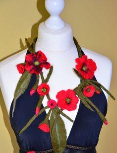 Collier feutree fleurs  rouge pavot en laine fait par Tutenafelt, €30,00