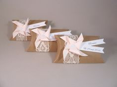 Boîte à dragées coussin kraft dentelle + moulin à vent rose pâle - cadeau de remerciement invités anniversaire, baptême, mariage : Cadeau de remerciement par papierelief