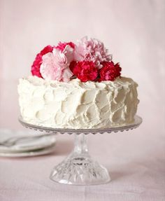 decorate your #wedding cake with carnations (photo via www.callmecupcake.se)
