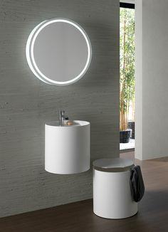 È realizzato in DuPontTM Corian®, lo specchio della serie Crono di Naos Wellness Design. Dotato di profilo luminoso frontale e luce LED integrata, ha cornice retroilluminata. Il diametro è di 70 cm. Prezzo, Iva esclusa, 997 euro. www.designelementi.it