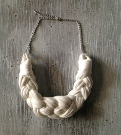 Collar con trapillo hecho a mano.  http://customizandomivida.blogspot.com.es/2015/05/collar-con-trapillo.html#more
