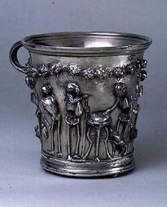"""""""Disfruta la vida mientras puedas, puesto que el mañana es incierto"""". Esta máxima epicúrea aparece reflejada en uno de los objetos del TESORO DE BOSCOREALE (Museo del Louvre, París). Esta vajilla formada por más de 109 piezas de plata fue hallada en 1895 en una villa de Boscoreale. Su propietario, Gavia, escondió los objetos en una cisterna vinícola antes de la erupción del Vesubio, en el 79 d.C."""