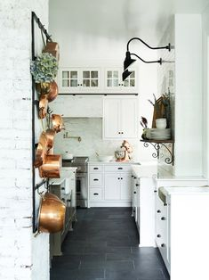 More often than not, you would choose a white kitchen renovation if you are a person who yearns for spotless and sleek design for your home space. Country Chic Kitchen, French Country Kitchens, Farmhouse Kitchen Decor, Kitchen Interior, Country Decor, Country Style, Apartment Kitchen, Country Kitchen Flooring, Farmhouse Sinks