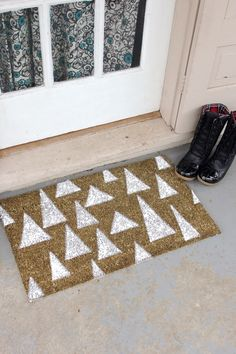 DIY Holiday Door Mat, i like this idea. Probably will do a different design though Porta Diy, All Things Christmas, Diy Christmas, Christmas Doormat, Christmas Decorations, Outdoor Christmas, Modern Christmas Decor, 242, Diy Interior