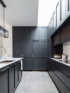 32 Stunning Modern Contemporary Kitchen Cabinet Design - Home Design Kitchen Cabinet Layout, New Kitchen Cabinets, Dark Cabinets, Shaker Cabinets, Grey Cupboards, Pantry Cabinets, Kitchen Appliances, Interior Design Kitchen, Home Design