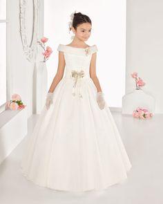 Vestido comunión de organza, en color natural con adorno al tono.