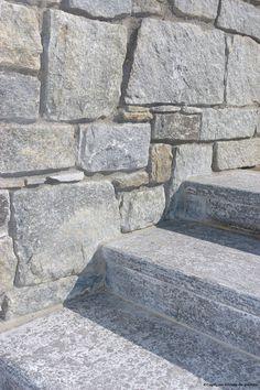 Vous aimez les tons gris ? vous avez envie de changer d'ambiance extérieur? terrasse, piscine, escalier extérieur... Voici une de nos pierres qui saura répondre à vos attentes : ARTEMIS  En vente dans notre showroom : dallages, couvertures, blocs marches...  #escalier, #marches, #pierre naturelle, #extérieur