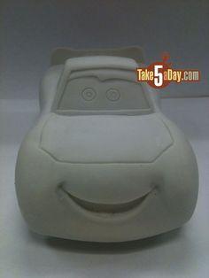 faisca MacQueen Front car (How To Make Cake Car) Fondant Flower Cake, Fondant Bow, Fondant Cakes, Disney Cars Cake, Disney Cars Party, Fondant Figures Tutorial, Cake Tutorial, Piñata Cars, Lightning Mcqueen Cake