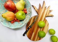 Tábuas de cozinha exclusivas, em madeira com formatos fofos e diferentes! ♥ #miupi #adoromiupi #abacaxi #pineapple #madeira #wood #handmade #artesanal #marcenaria #marceneiro #tabua #cozinha #kitchen #cozinhaterapia #cozinhar #lardocelar #homesweethome #minhacozinha #minhacasa #paracasa #decor #decoracao #woodcuttingboard