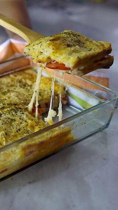 Receita com instruções em vídeo: Já sabe o que vai fazer de jantar? Esse sanduíche de forno gratinado é prático e fica pronto rapidinho! Ingredientes: 1 xícara de leite, 1 xícara de queijo parmesão ralado, 2 ovos, 2 colheres de sopa de manteiga, 12 fatias de pão de forma sem casca, 6 fatias de presunto, 12 fatias de queijo muçarela, 2 tomates cortados em rodelas, Sal a gosto, Orégano a gosto