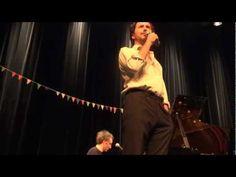 Edouard Baer récite un poème d'Aragon, accompagné par Vincent Delerm au piano.