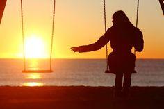 Você pode estar deixando passar um mundo inteiro lá fora. Será que a pessoa que se foi iria quer isso? =Escreva uma carta positiva de adeus. Escreva tudo o que você nunca disse nesta carta. Mantenha-se positivo, concentrando-se na vida do ente querido e nas muitas alegrias que ele trouxe para você. • Cabe a você escolher o que fazer com ela. Você pode mantê-la em um lugar perto de seu coração, deixa-la ir na água do mar, ou queimá-la e assistir a fumaça subir aos céus.