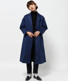 マキシ丈のコートでボリュームを出すのもオススメ。中に着るものは全体をダークカラーで統一し、ソックスだけ白をチョイス。コートを閉めても見えるハイネックもポイントですね。