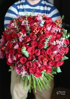 Buchet cu 100 trandafiri roșii, waxflower, Hypericum și orhidee Cymbidium – Flowers of Soul