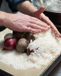 Saftig und herrlich aromatisch: Gemüse unter der Salzkruste gegart schmeckt himmlisch. Wie das funktioniert und was man aus dem Gemüse Leckeres zubereiten kann, zeigt Achim Ellmer in unserer Fotostrecke.
