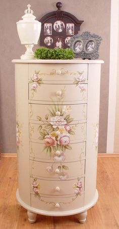 Shabby chic is really a synonym of femininity. Shabby chic style gets more popularity on the globe of interior décor for ladies these days for the spe. Shabby Chic Mode, Shabby Chic Interiors, Shabby Chic Bedrooms, Shabby Chic Kitchen, Shabby Chic Cottage, Vintage Shabby Chic, Shabby Chic Style, Shabby Chic Furniture, Shabby Chic Decor